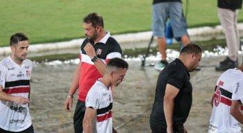 Roberto Fernandes ainda não conseguiu fazer o Santa Cruz vencer na Série C