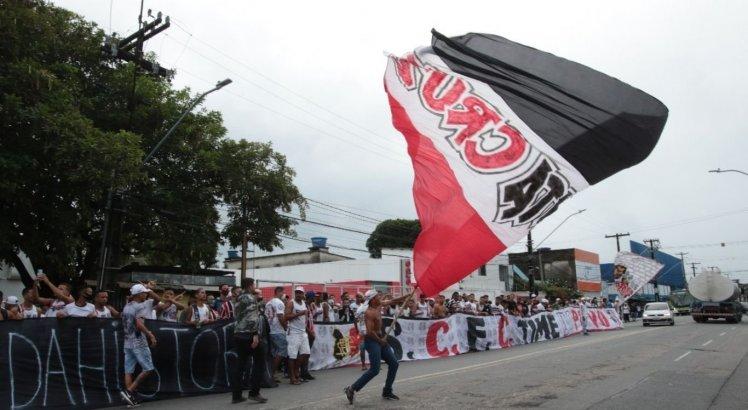 Torcedores do Santa Cruz protestaram na frente do Arruda contra a situação delicada do time coral