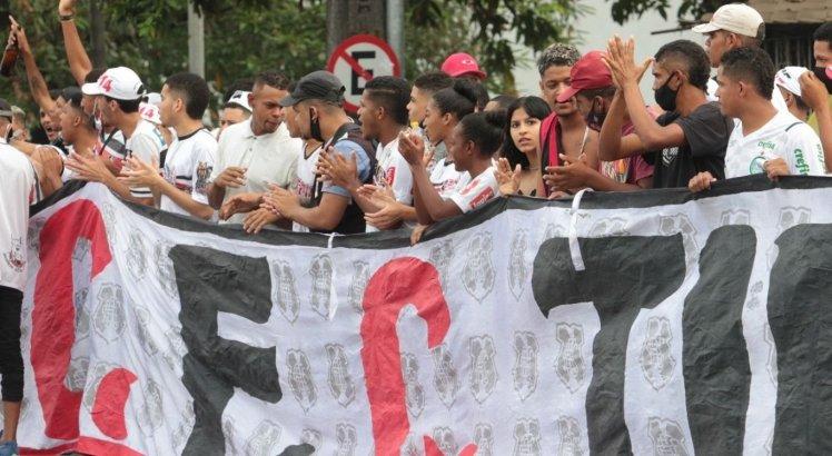 Torcedores do Santa Cruz se aglomeraram na frente do Arruda para protestar contra o time