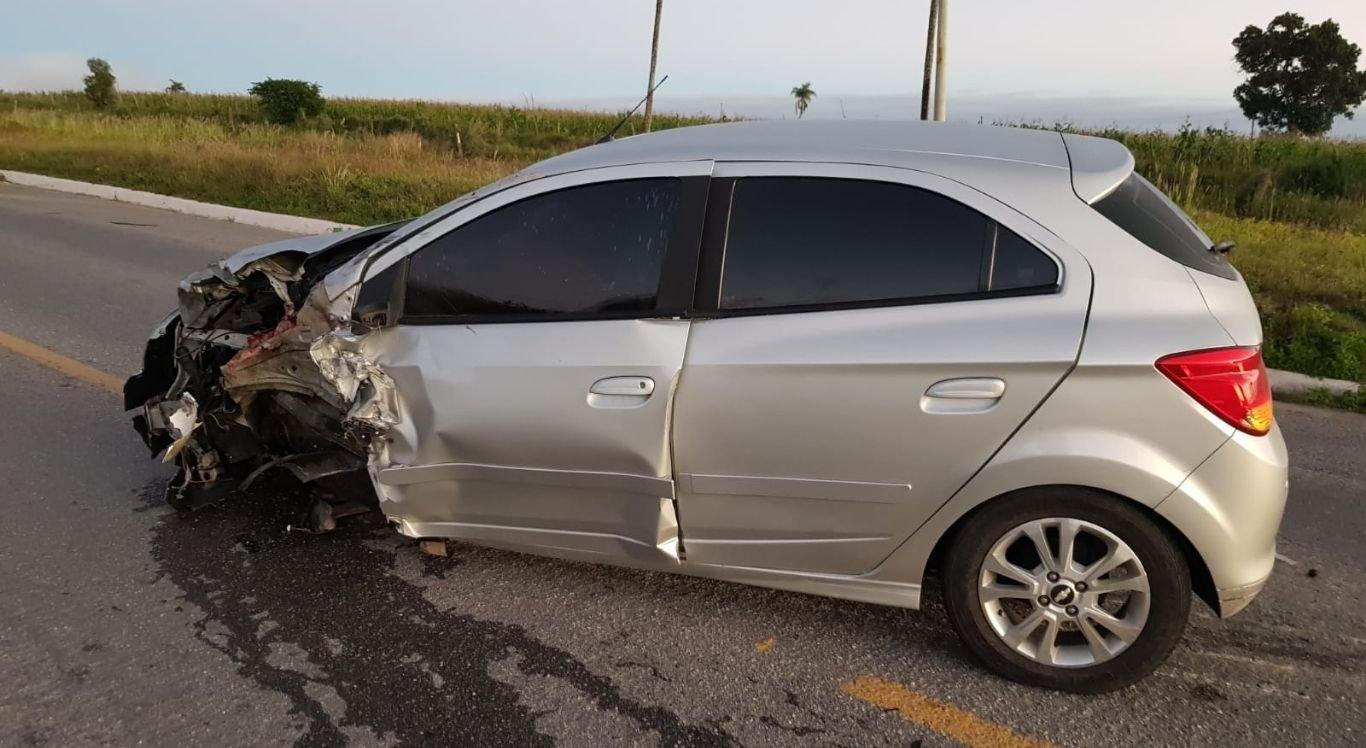 As vítimas estavam em uma moto quando um carro acessou parcialmente a contramão e colidiram.