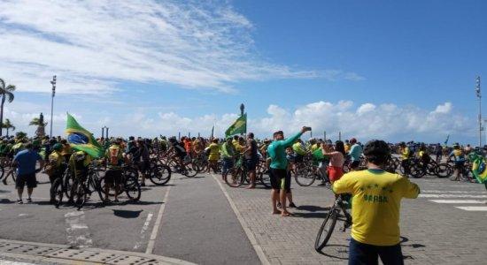 Veja fotos e vídeos da 'bicicletada' a favor de Jair Bolsonaro neste domingo (18), no Recife