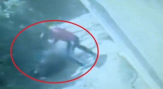 Câmera de segurança flagra mulher sendo espancada pelo marido com pé de cabra em Camaragibe