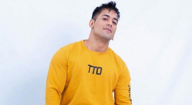 VÍDEO: Após cirurgia de faloplastia, cantor Tiago Piquilo é golpeado no pênis por Tati Quebra Barraco em A Fazenda e geme de dor