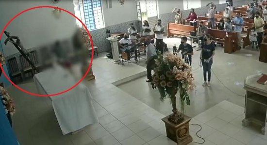 Homem invade igreja e empurra estátua de Jesus Cristo durante missa; veja vídeo