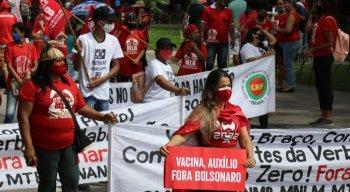 Manifestantes voltam às ruas contra Jair Bolsonaro, no Recife, neste sábado (24)