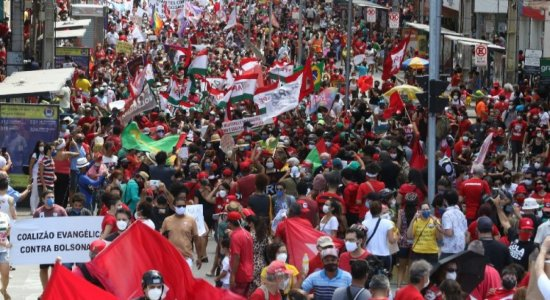 FOTOS: Com bandeiras do Brasil, cartazes e bonecos, manifestantes protestam contra Jair Bolsonaro no Recife; veja imagens