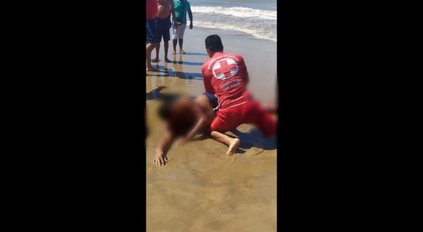 Imagens mostram momento em que banhista foi socorrido após sofrer ataque de tubarão