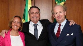 Bolsonaro ladeado por Beatrix von Storch, neta de ex-ministro de Hitler, e o marido dela, Sven von Storch