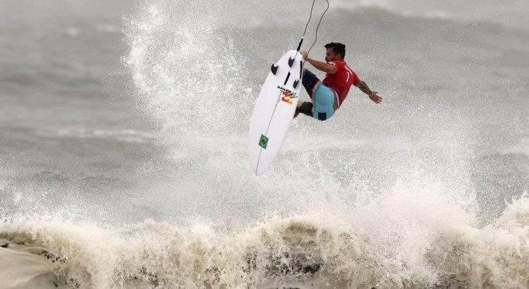 Ítalo Ferreira avançou às semifinais do torneio olímpico de surfe