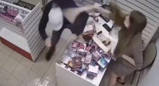 VÍDEO: Mulher se defende de tentativa de assalto usando 'pênis de borracha' de 45 centímetros