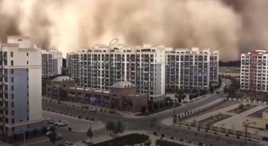 Tempestade de areia com mais de 100 metros \'engole\' cidade na China; veja vídeo