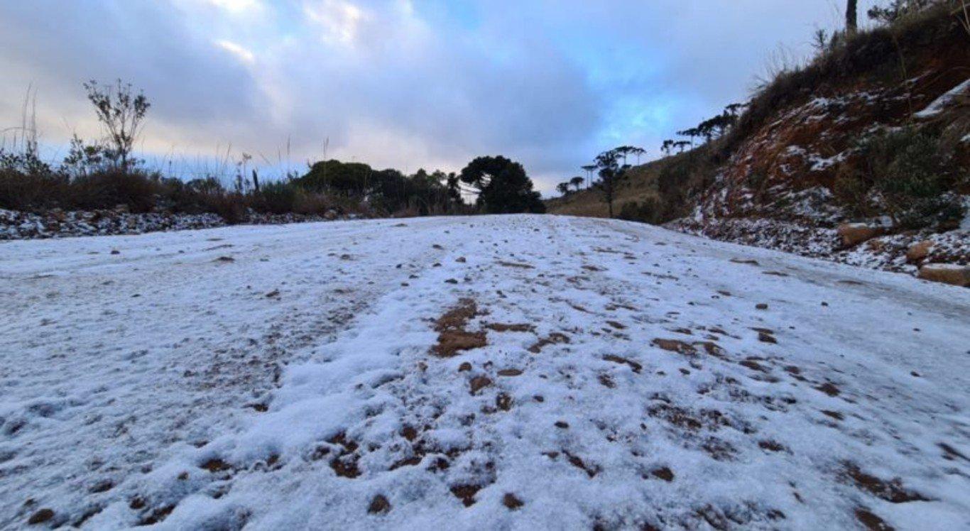 Campo coberto de neve na cidade de São Joaquim, em Santa Catarina