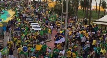 Manifestantes e apoiadores de Bolsonaro caminham pela Avenida Boa Viagem, no Recife, em ato pelo voto impresso