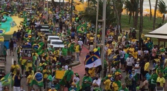 Pelo voto impresso, manifestantes e apoiadores de Bolsonaro caminham pela Avenida Boa Viagem, no Recife