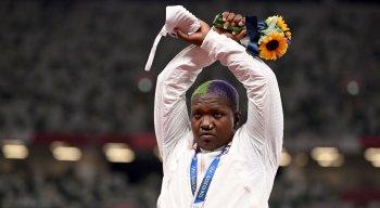 Prata no arremesso de peso, Raven Saunders cruza os punhos em protesto no pódio das Olimpíadas