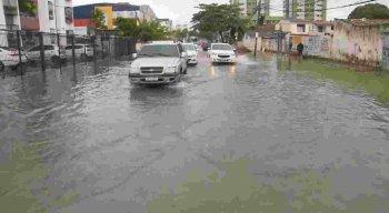 Os alagamentos foram registrados em várias regiões do Grande Recife