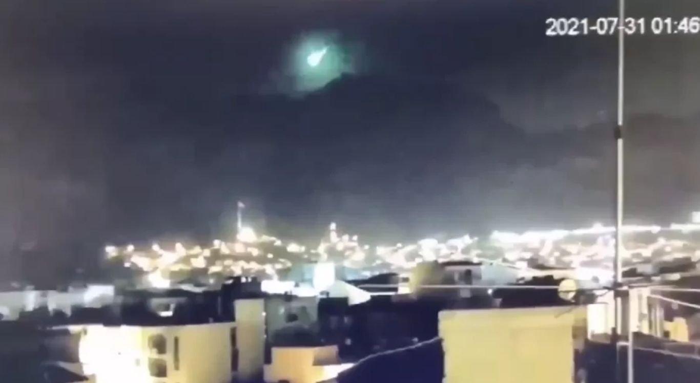 O tom esverdeado do céu provocado pelo meteoro pode ter sido causado pela quantidade de níquel contido na rocha espacial