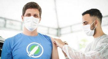 Prefeito do Recife, João Campos, recebeu vacina contra a covid-19 nesta quarta-feira (4)