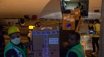 As 19 caixas térmicas, contendo 98.280 unidades do imunizante foram desembarcadas no Aeroporto Internacional do Guararapes