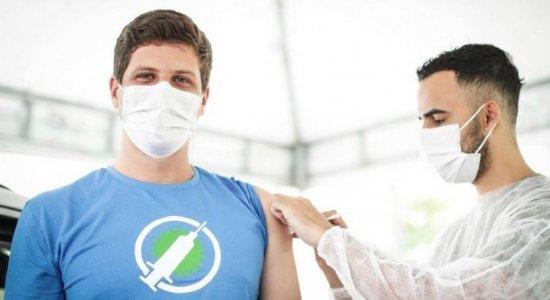 Prefeito do Recife, João Campos, recebe vacina contra a covid-19