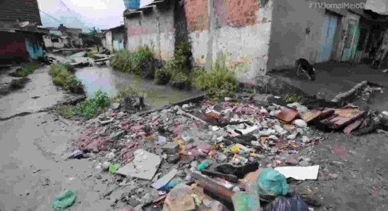Moradores do bairro do Ibura denunciam alagamentos, acúmulo de lixo e cratera na área