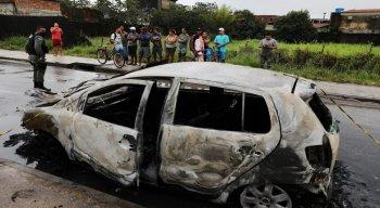 O veículo estava estacionado na contramão. O fogo consumiu praticamente tudo.