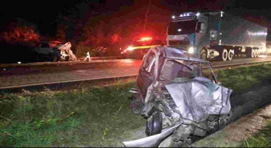 Acidente termina com motoristas de dois veículos presos às ferragens na BR-101
