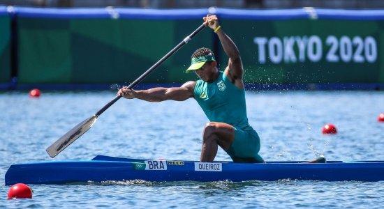 Isaquias Queiroz passa por cima dos concorrentes e conquista a medalha de ouro na canoagem velocidade