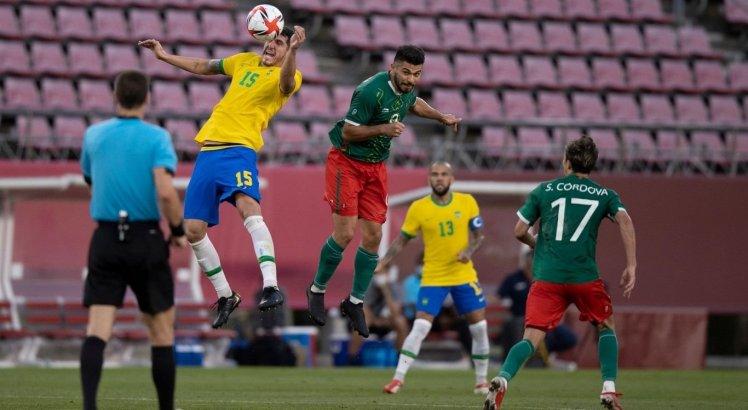 Zagueiro Nino em disputa de bola pelo alto contra jogador mexicano