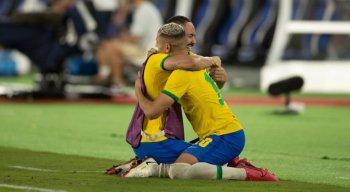 Matheus Cunha e Richarlison se abraçam após vitória do Brasil contra a Espanha