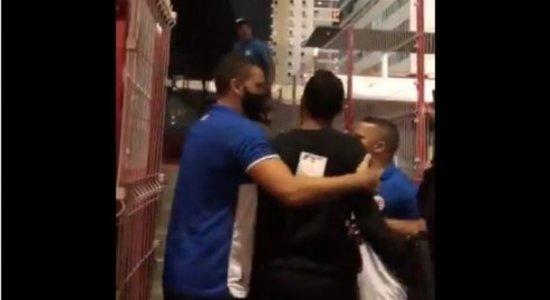 Membros de torcida organizada invadem sede do Náutico e discutem com atacante; veja vídeo