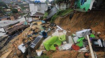Casas ficaram destruídas em deslizamento de barreira no Recife