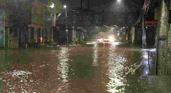 Muitas ruas ficaram alagadas em Recife e Olinda durante noite e madrugada