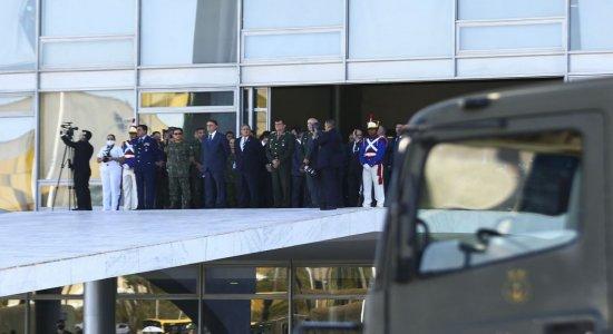 Marinha faz desfile com carros blindados na Esplanada dos Ministérios no dia da votação da PEC do voto impresso
