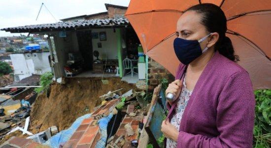 Desalojados, cratera em estrada e alagamentos: Veja balanço das chuvas em Pernambuco nas últimas horas