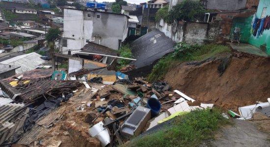 Adolescente preso em escombros em deslizamento de barreira no Recife