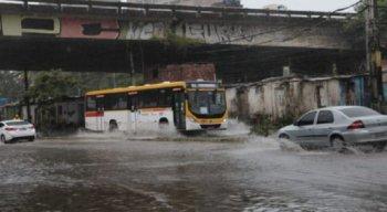 Por causa das chuvas, algumas ruas estão com pontos de alagamento em Recife