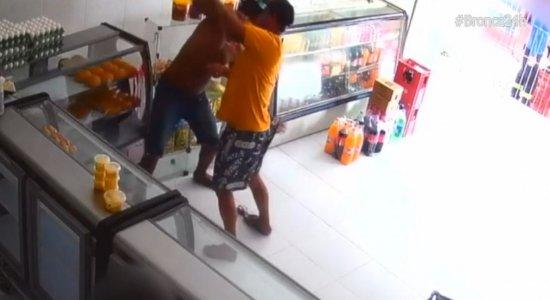 Jovem é atacado com golpes de faca enquanto comprava pão em padaria no Agreste do Estado
