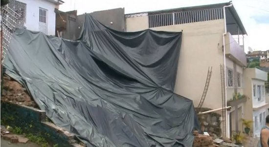 Morador usa corda para sair de casa após desabamento em Paulista
