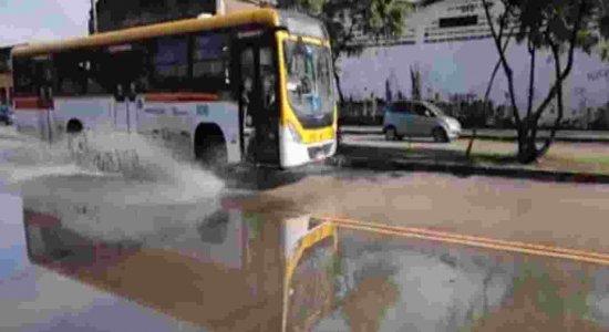 População que precisa transitar na Avenida Sul do Recife sofre com buracos e alagamentos