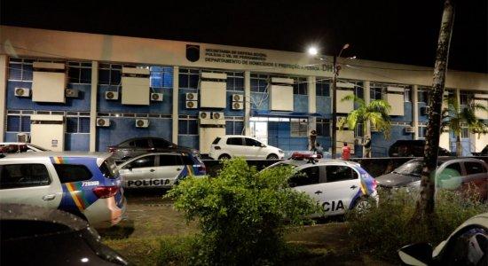 Roubo de carro de grupo de dança termina com perseguição, tiroteio e suspeito baleado no Grande Recife
