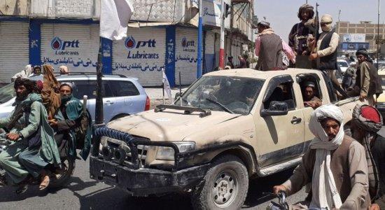 Quase um mês após retomar poder no Afeganistão, Talibã usa até chicotes para conter protestos