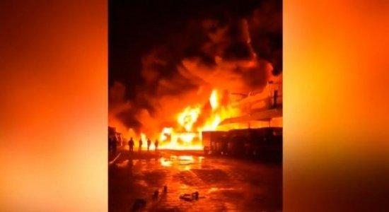 Veja as imagens impressionantes de incêndio de grandes proporções que destruiu galpão na BR-101, em Prazeres, Jaboatão dos Guararapes