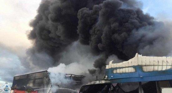 Incêndio atinge condomínio logístico com 6 empresas, na antiga BR-101, em Prazeres, Jaboatão dos Guararapes