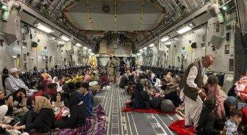 Afegãos em aeronave militar dos Estados Unidos, em Cabul