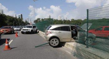 Carro fica preso nas grades de proteção na Via Mangue, em Boa Viagem, Zona Sul do Recife