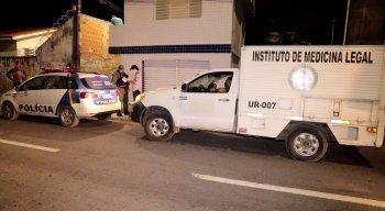 Polícia esteve no local do crime, na Imbiribeira, fazendo o levantamento das informações