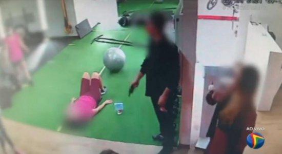 Casal armado assalta academia, rouba objetos de clientes e foge com carro roubado em Setúbal