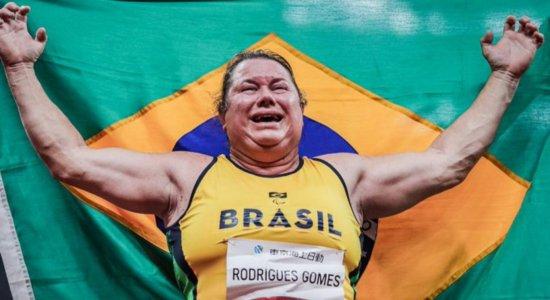 Vídeo: Brasileira ganha medalha de ouro nas Paralimpíadas 2021 e quebra recorde mundial duas vezes no lançamento de disco