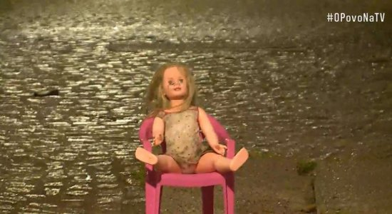 Sentada em cadeira, boneca do mal 'faz segurança' de rua no Recife e viraliza na internet: 'Coloquei para espantar bandidos'